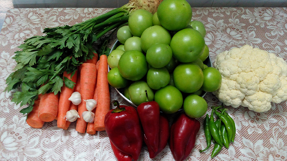 Селска Туршия от Зелени Домати, Моркови и Карфиол